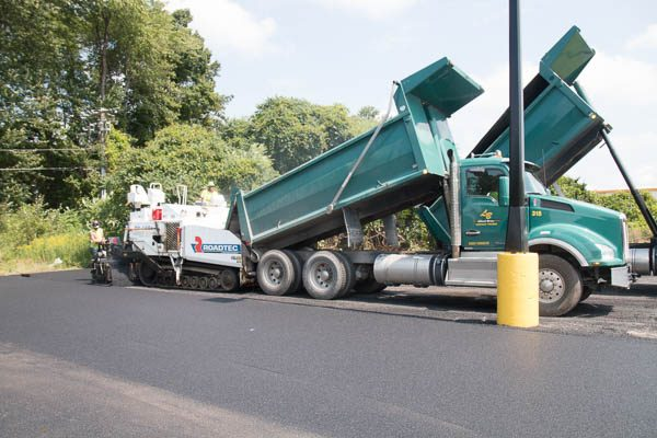 Dump truck and paving machine